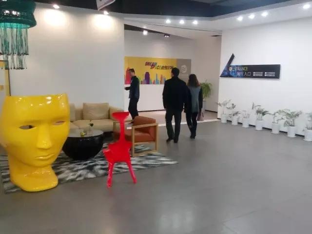 专家设计师带领客户体验家装体验馆